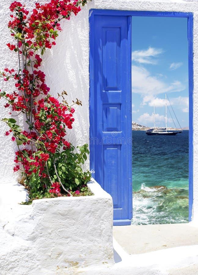 在米科诺斯岛海岛上的传统希腊门 免版税库存图片