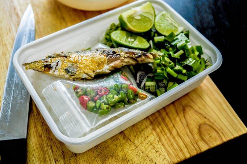 在米箱子的油煎的鱼 库存照片