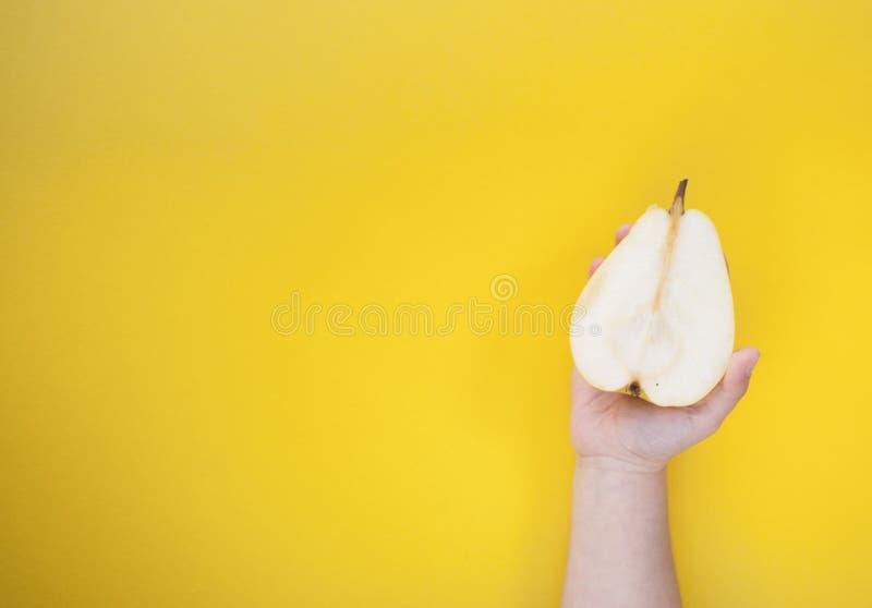 在米黄背景的两个黄色成熟梨 免版税库存照片