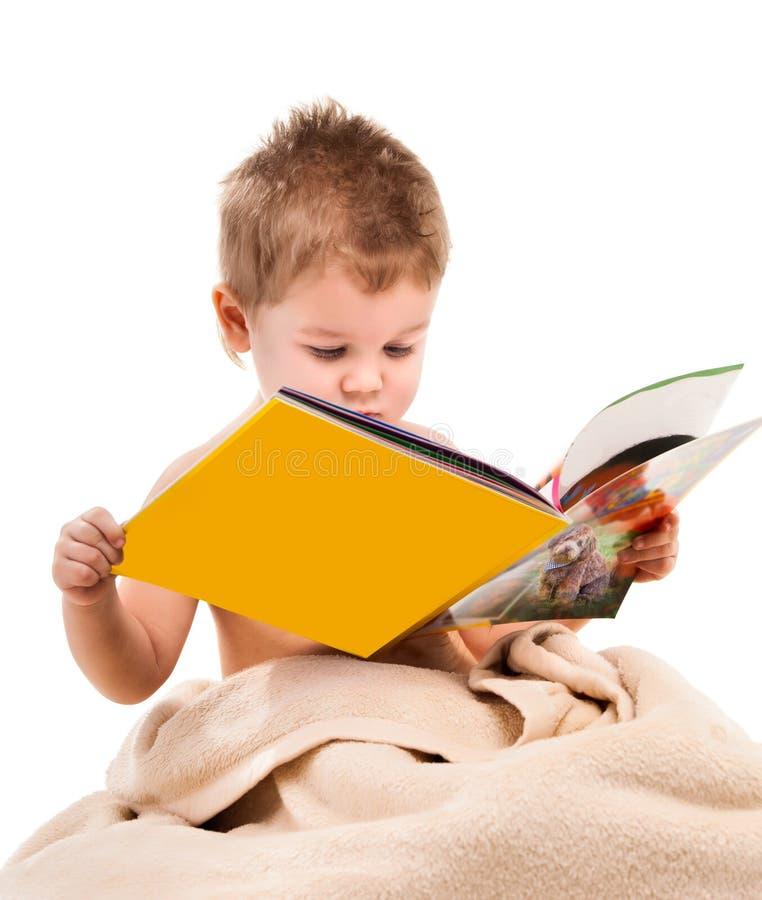 在米黄毛巾下的小儿童游戏 图库摄影