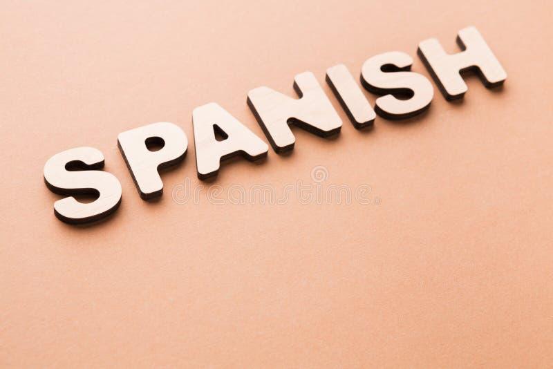 在米黄背景的词西班牙语 图库摄影