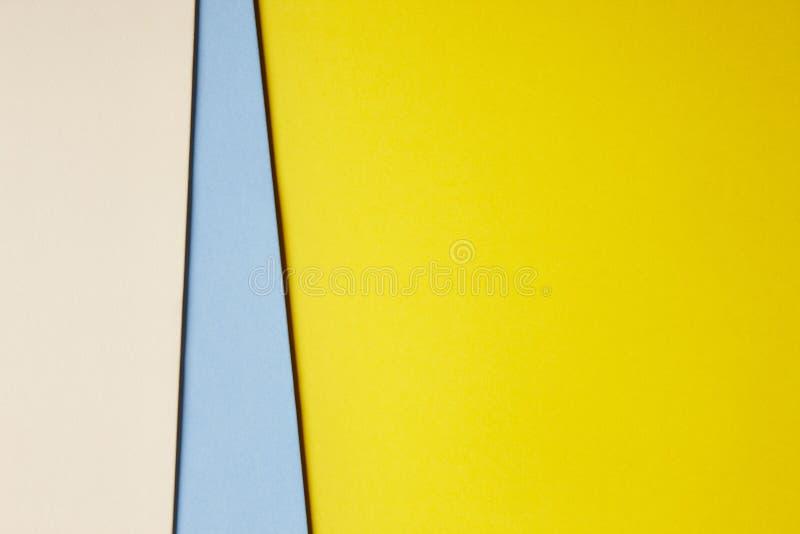 在米黄蓝色黄色口气的色的纸板背景 复制sp 免版税库存图片
