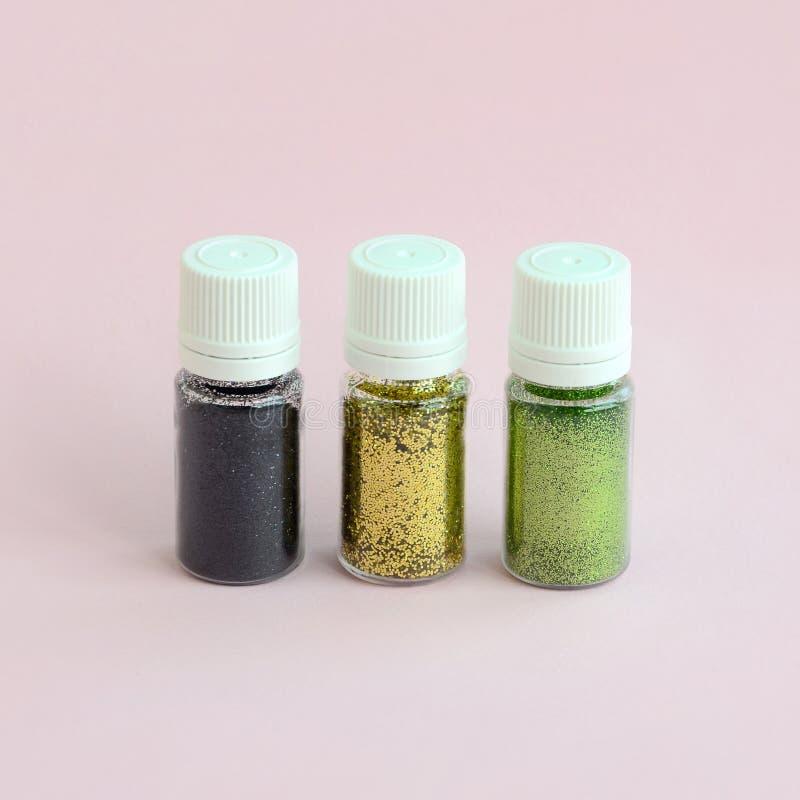 在粉红彩笔背景的五颜六色的闪烁谎言 有多彩多姿的明亮的闪闪发光的许多圆的瓶子指甲油的 库存图片