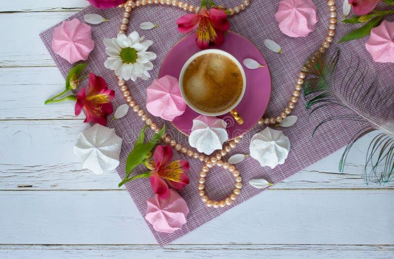 在粉色的布局在豪华休息题材用咖啡、甜点、花和珍珠 免版税库存照片