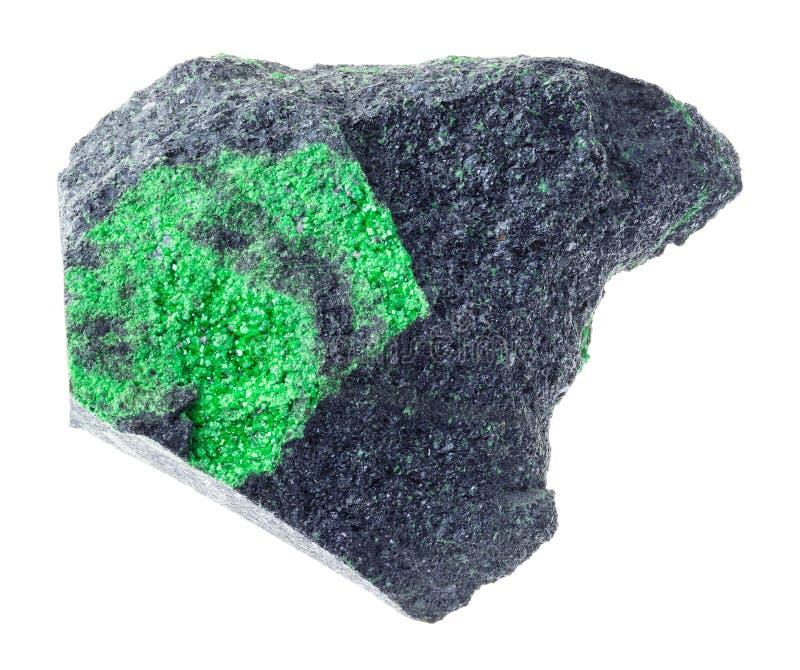 在粗砺的岩石的Uvarovite水晶在白色 免版税库存图片