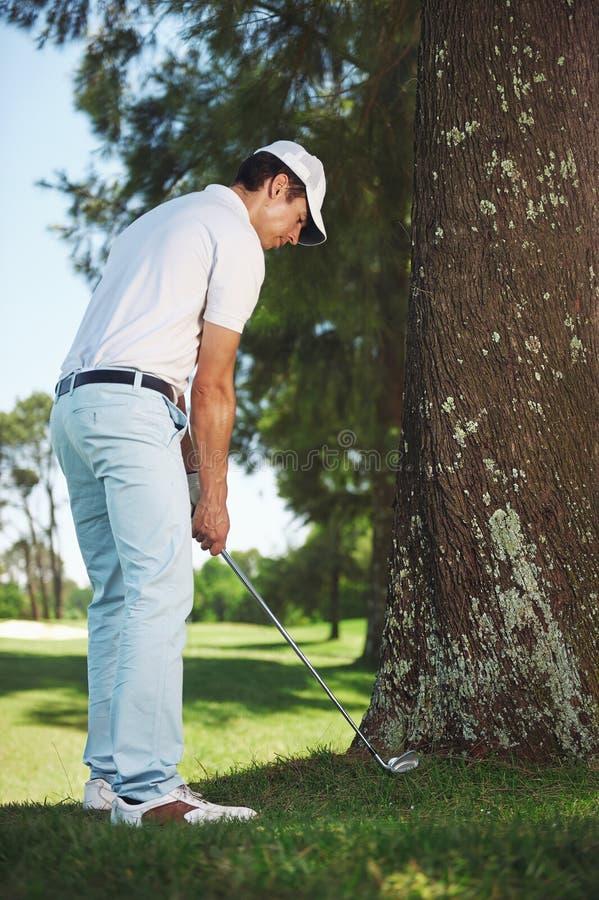 在粗砺的高尔夫球 免版税库存照片