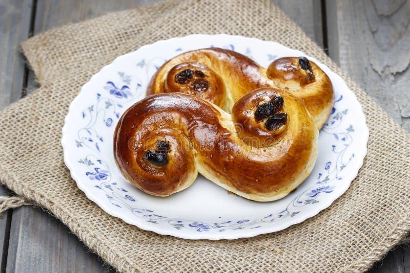 在粗麻布的传统瑞典番红花小圆面包 库存图片