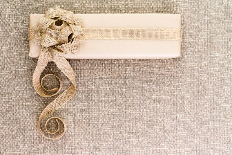 在粗麻布的创造性的艺术性的土气圣诞节礼物 免版税库存图片