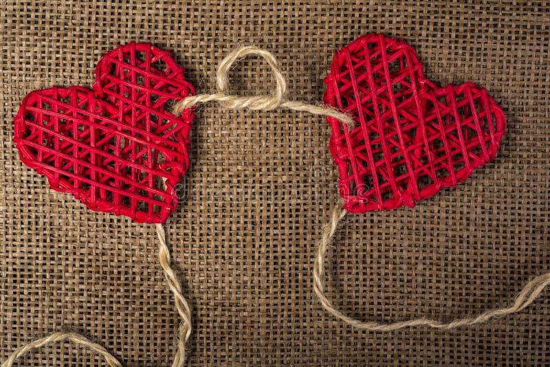 在粗麻布背景的两心脏 婚礼爱概念 免版税图库摄影