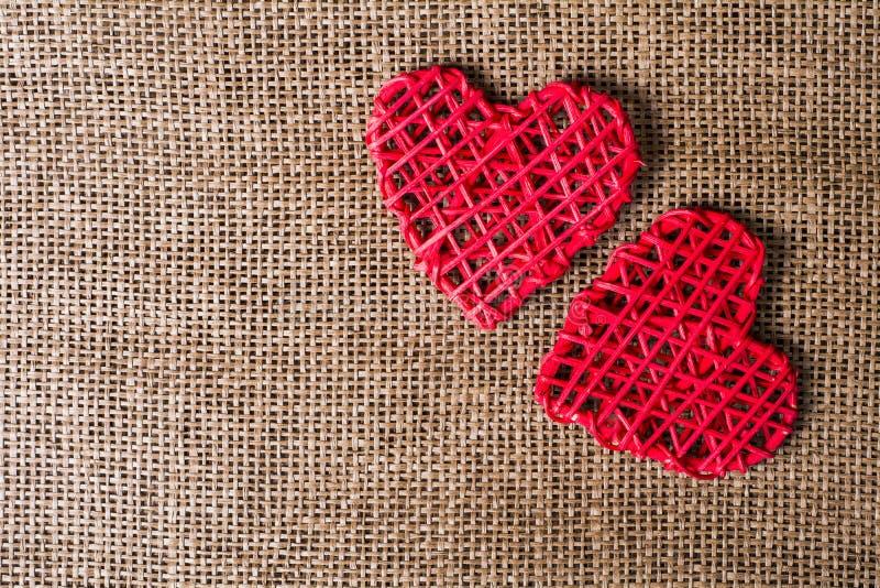在粗麻布背景的两心脏 婚礼爱概念 免版税库存图片
