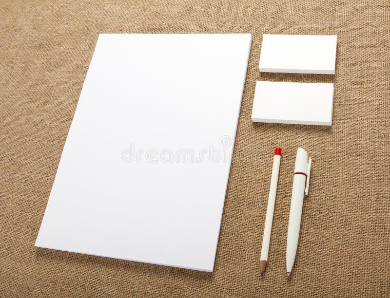 在粗麻布背景的空白的文具 包括名片 免版税图库摄影