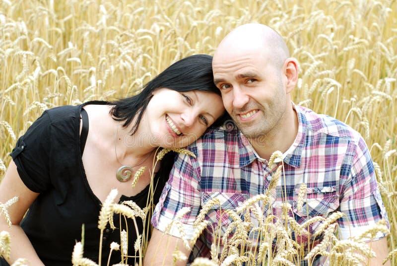 在粮田的新夫妇 免版税库存图片