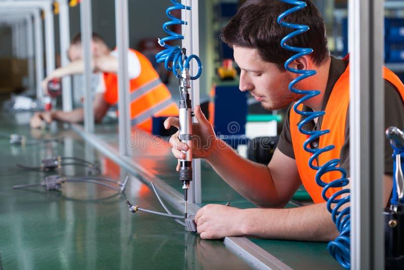 在精加工期间的人在生产线 库存照片