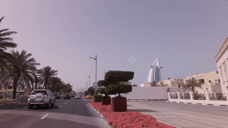 在精华区域卓美亚奢华酒店集团的汽车旅行在迪拜 库存图片