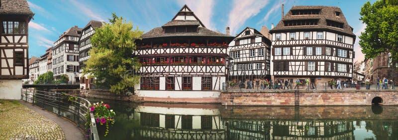 在精密运河的全景有房子的在史特拉斯堡,法国 免版税库存照片