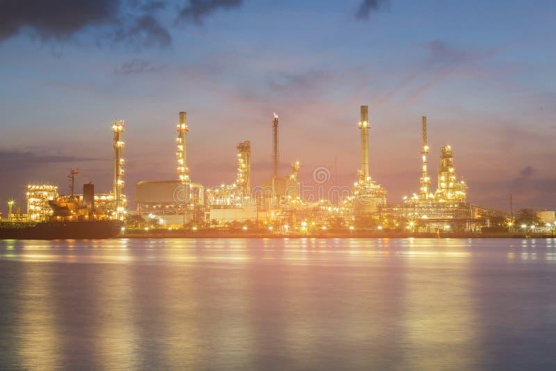 在精炼厂油工厂的夜轻的河前面 库存图片