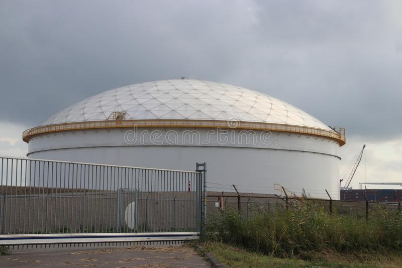 在精炼厂的储存箱在存放燃料的油的鹿特丹在荷兰 图库摄影