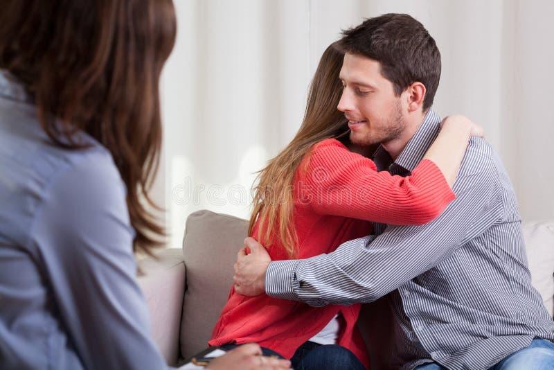 在精神疗法期间的年轻夫妇 库存图片