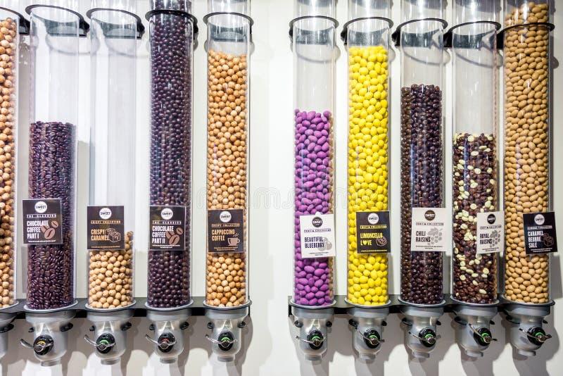 在糖果店的巧克力糖分配器 免版税库存照片
