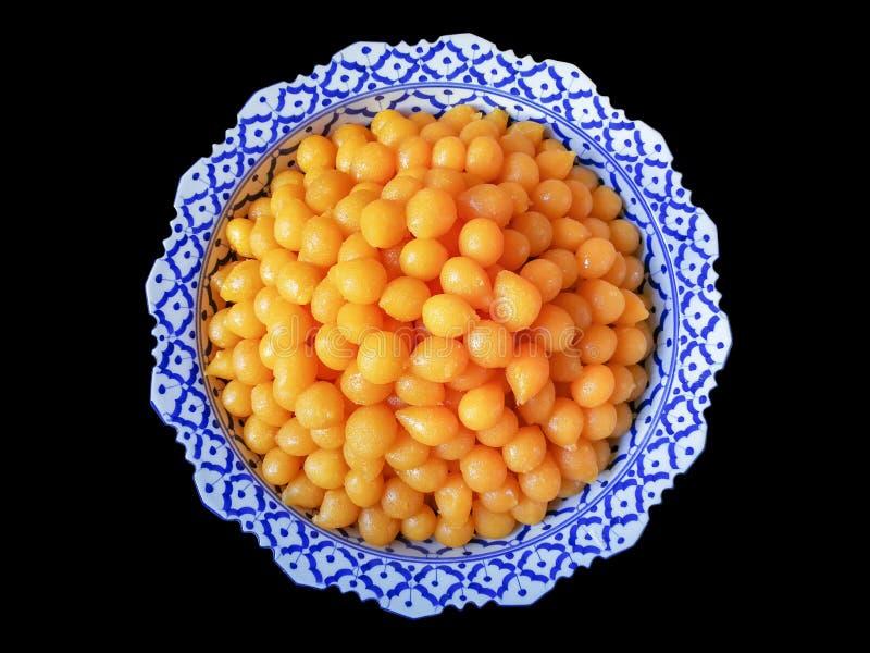 在糖浆烹调的甜蛋黄乳脂软糖球-泰国人告诉& x22; 钳子Yod& x22; 安置在帕纳 库存图片