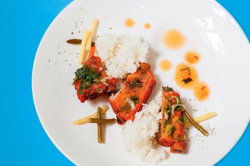 在糖醋调味汁的猪排用米,亚洲食物 库存图片
