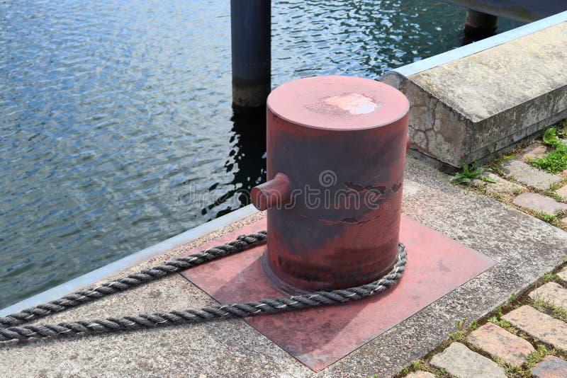 在系船柱的接近的看法在基尔港在德国 免版税库存图片