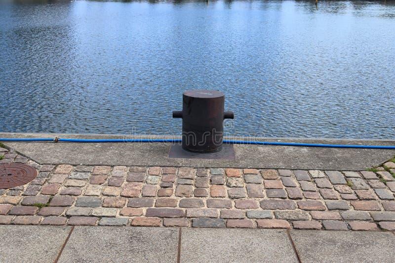 在系船柱的接近的看法在基尔港在德国 库存照片