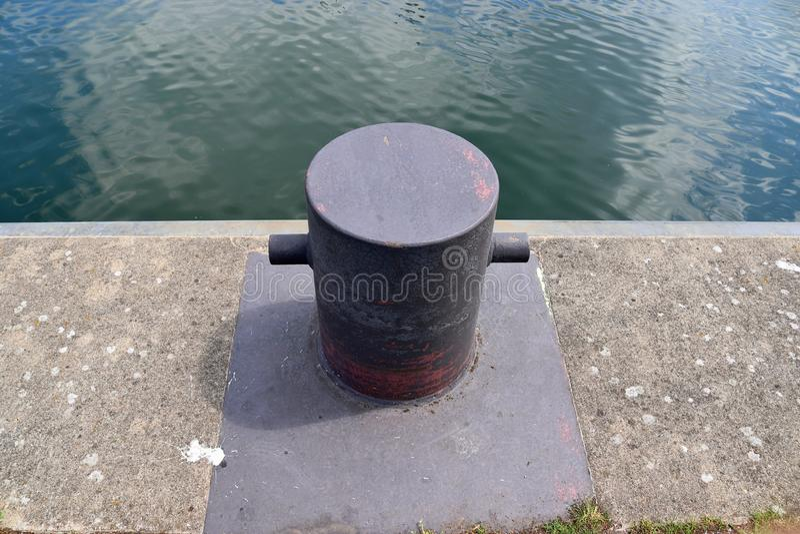 在系船柱的接近的看法在基尔港在德国 图库摄影