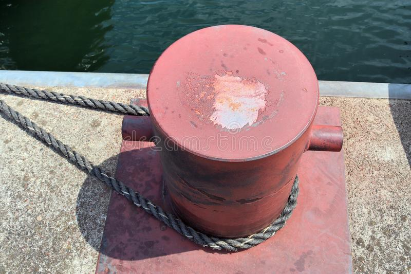 在系船柱的接近的看法在基尔港在德国 库存图片