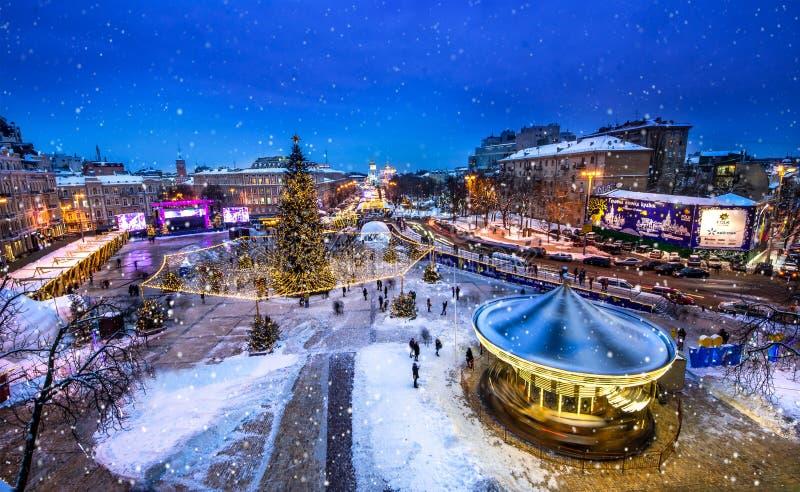 在索菲娅广场的圣诞节市场在Kyiv,乌克兰 雪时间在基辅 库存图片