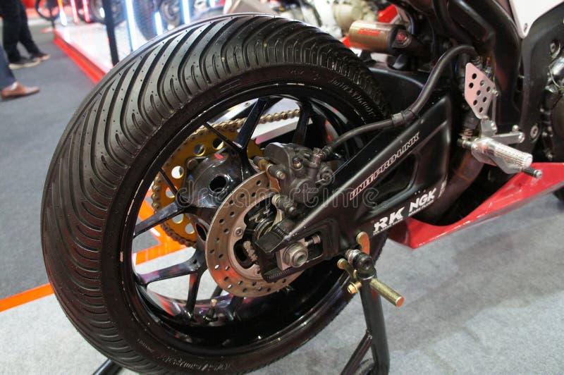 在紧急状态期间,摩托车圆盘制动器要求提供更多夹子给轮胎和使车手停止 免版税库存图片