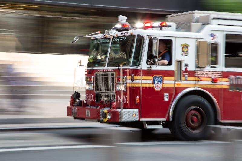 在紧急状态的消防队员卡车 免版税库存图片