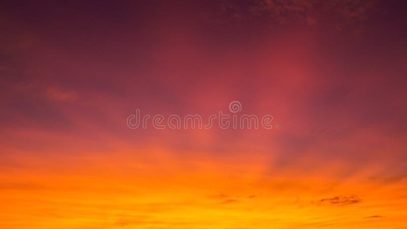 在紫罗兰、黄色和桔子的五颜六色的日落 库存图片