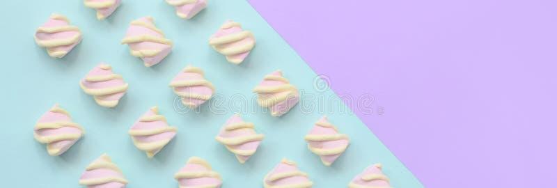 在紫罗兰色和蓝纸背景计划的五颜六色的蛋白软糖 淡色创造性的织地不很细样式 最小 向量例证