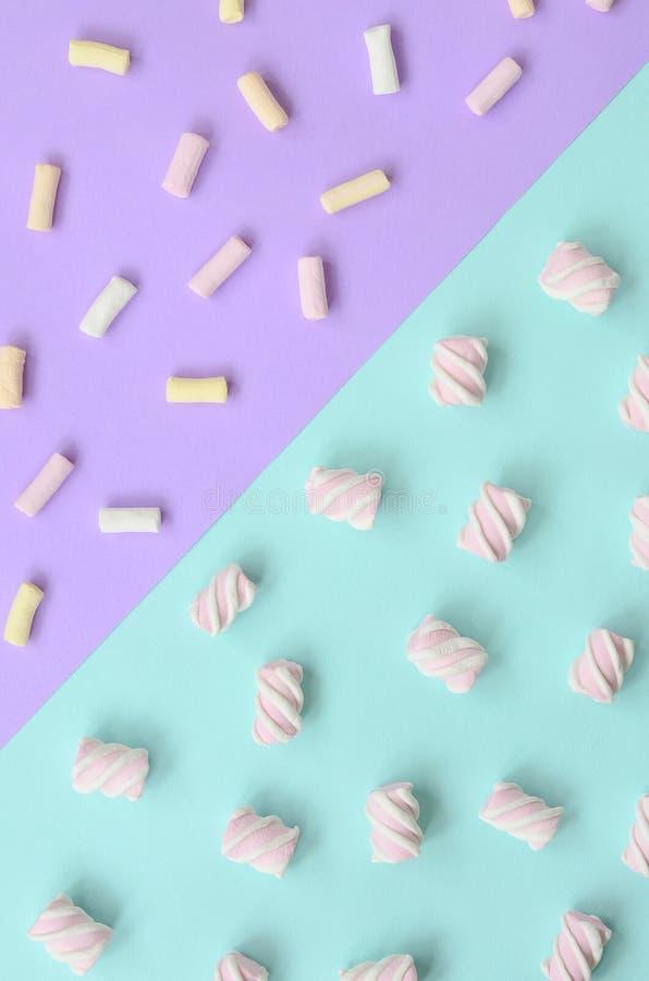 在紫罗兰色和蓝纸背景计划的五颜六色的蛋白软糖 淡色创造性的织地不很细样式 最小 皇族释放例证