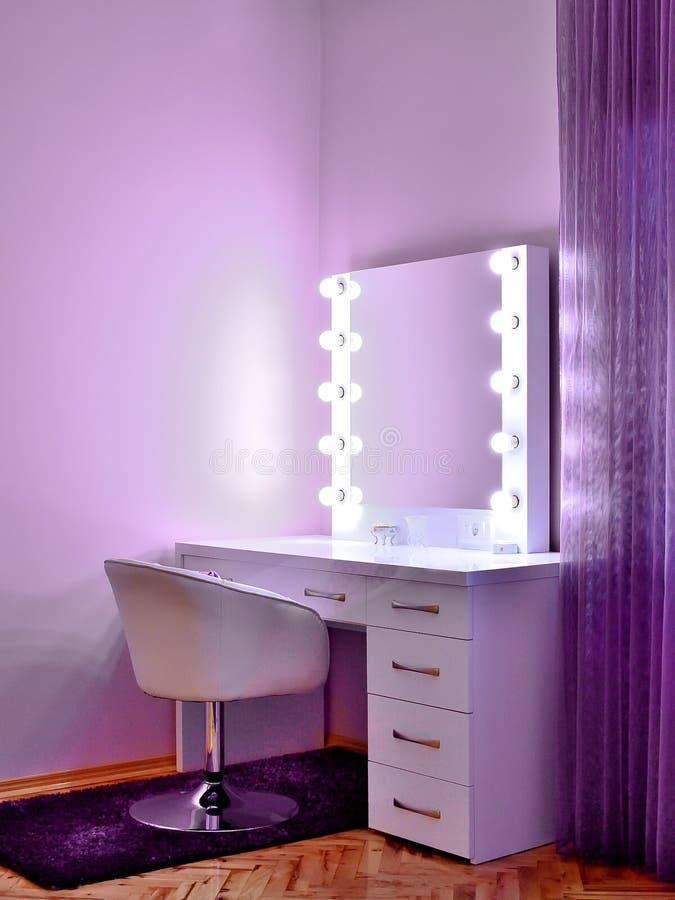 在紫罗兰色屋子里组成桌 库存照片