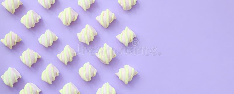 在紫罗兰色纸背景计划的五颜六色的蛋白软糖 与拷贝空间的淡色创造性的纹理 最小 向量例证