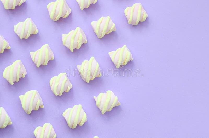 在紫罗兰色纸背景计划的五颜六色的蛋白软糖 与拷贝空间的淡色创造性的纹理 最小 皇族释放例证