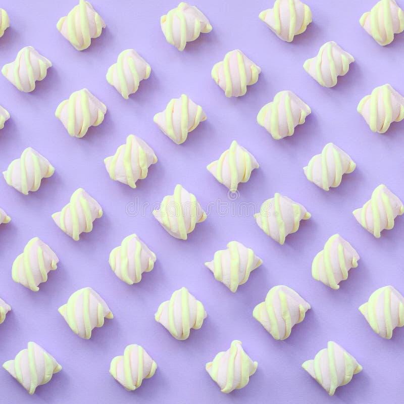 在紫罗兰色纸背景计划的五颜六色的蛋白软糖 淡色创造性的织地不很细样式 最小 库存例证