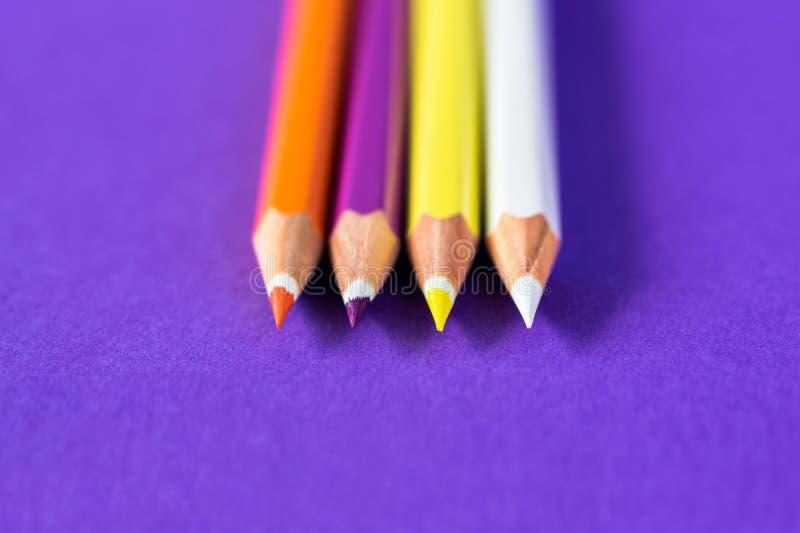 在紫罗兰色背景的色的铅笔与文本的空间 免版税库存图片