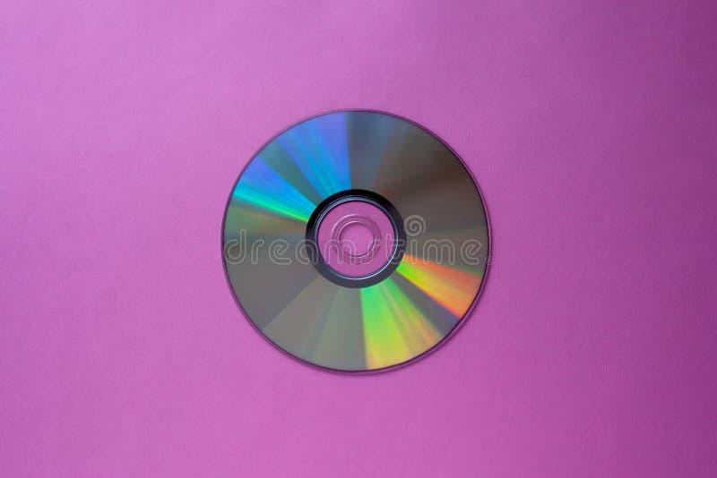 在紫色丁香背景顶视图的CD的光盘与拷贝空间 免版税库存照片