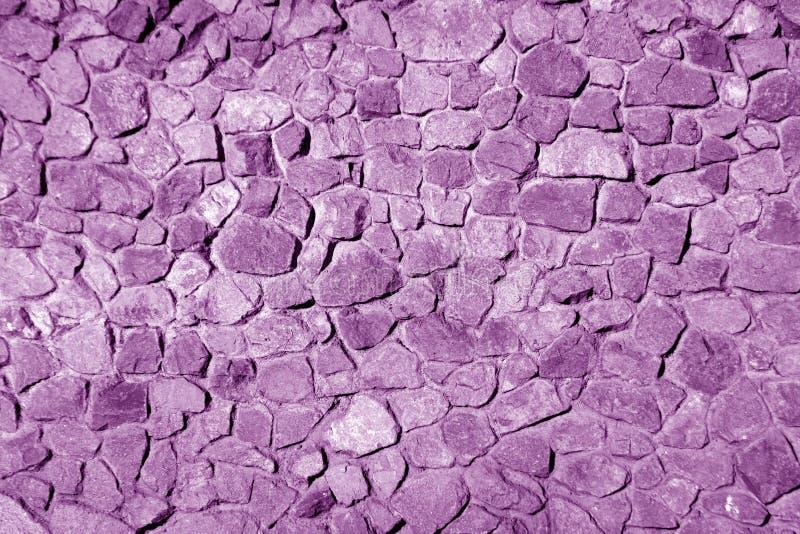 在紫色口气的老脏的砖墙 抽象建筑背景和纹理设计的 库存照片