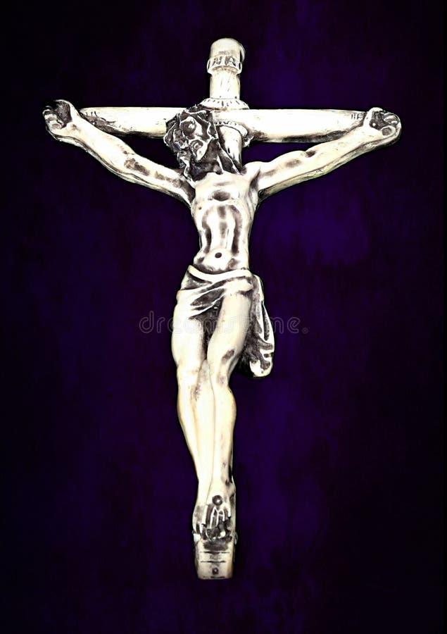 在紫色和黑隔绝的耶稣受难象特写镜头 免版税库存图片