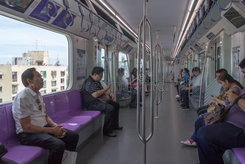 在紫色线安装的乘客 库存图片