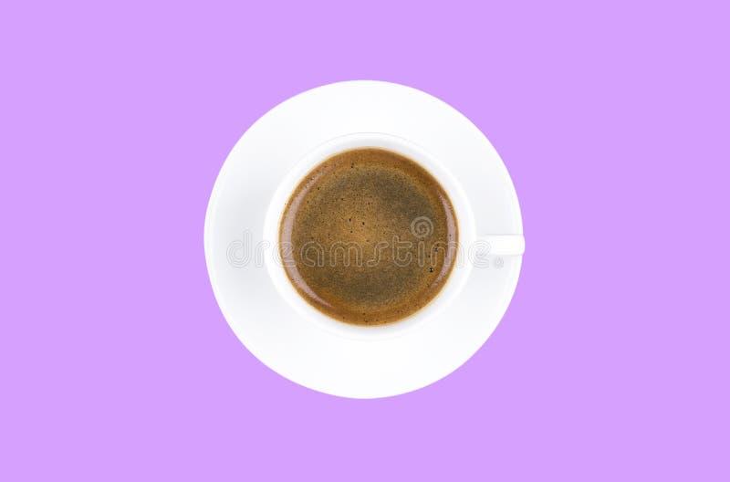 在紫色背景浓咖啡咖啡隔绝的一个新近地煮的杯子的顶上的看法 咖啡休息样式概念 图库摄影