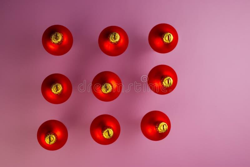 在紫色背景的九个红色球 库存图片