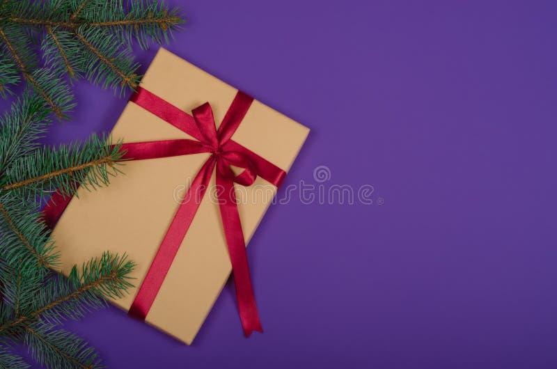 在紫色背景的圣诞节礼物 免版税库存照片