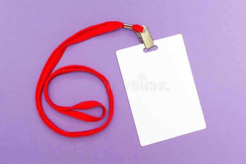 在紫色背景的空白的徽章大模型 与红色串的简单的空的名牌 免版税库存照片