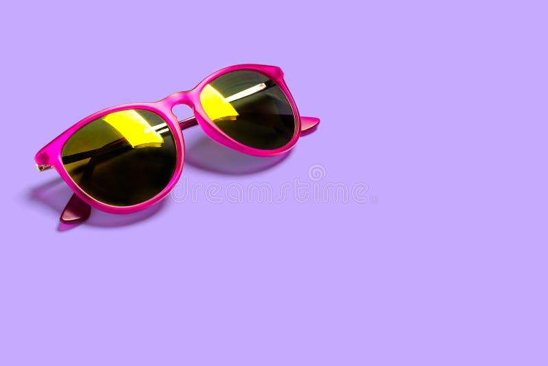 在紫色背景隔绝的时髦的时兴的太阳镜 时髦的海报,横幅的概念 库存图片