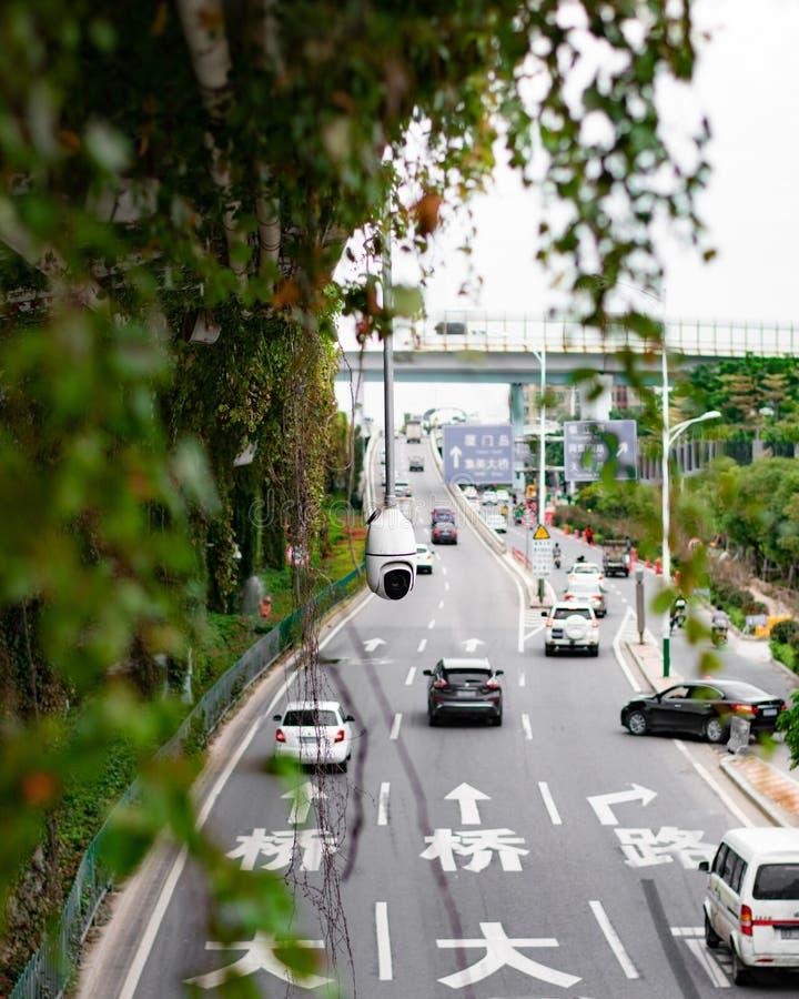 在繁忙的城市道路的安全监控相机 库存图片